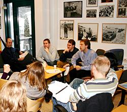 Med historien på veggen planlegges Dagsnytt-dagen. (Foto: Jon-Annar Fordal)