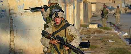 Amerikanske soldater under kamper  i Ramadi mandag.  Foto: Brennan Linsley, AP