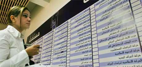 Valgforberedelsene er i gang, her studeres en oversikt over partiene (Scanpix/Reuters>