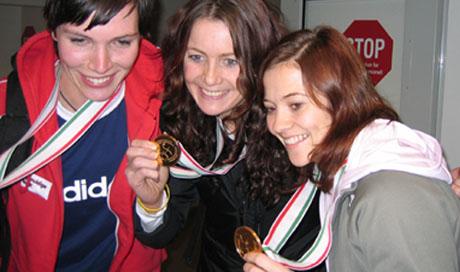Katja Nyberg, Elisabeth Hilmo og Kari Mette Johansen viste frem gullmedaljene da de kom til Sandefjord lufthavn Torp. Foto: Rune Christoffer Holm, NRK.