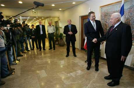 Tony Blair drøfter fred i Midtøsten med sin israelske kollega Ariel Sharon i dag. (Foto: AFP/Scanpix)