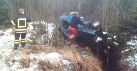 Tre personer ble skadet da bilen de satt i, kjørte av veien på E 134 ved Meheia og havnet i grøfta etter å ha gått rundt flere ganger. Foto: Ingar Andreassen, NRK.