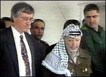 Dennis Ross og Yasir Arafat møtes for å prøve å få gjenopptatt fredsforhandlingene (foto: Rtv)