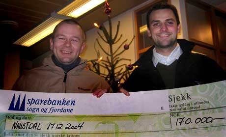 Tomas Marcinkowski og Reidar Kirketeig kan gle seg stort over pengegåva. <br>Foto Vegar Erstad NRK.