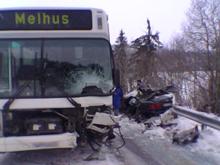 Bussen har trolig mistet kontrollen og truffet personbilen MMS-foto: NRK/Jøte Toftaker