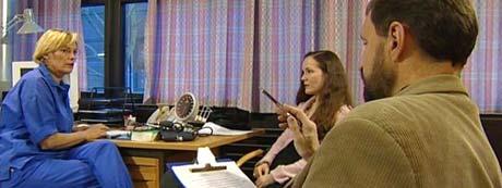 Psykolog Arnstein Finset kurser medisinerstudenter i kommunikasjon.