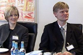 Maggi Hatløy og Lars Helge Myrseth tok imot gaven fra banken på vegne av Kirkens Bymisjon. Foto: Zbigniew Czaplicki.