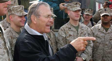 Forsvarsminister DOnald Rumsfeld vart ikkje udelt godt motteken av soldatane sine då han vitja Irak før jul. (Foto: Reuters/Scanpix)