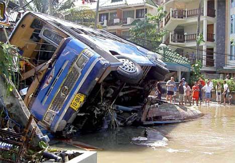 Flodbølgen gjorde store ødeleggelser i Thailand. ( SCANPIX/AFP PHOTO/STR )