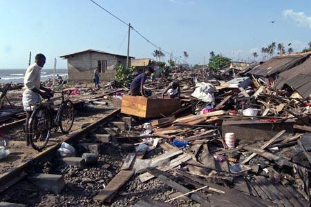 UD fraråder nordmenn å dra til de rammede områdene - f.eks. Sri Lanka (bildet), der flodbølgen førte til enorme ødeleggelser. (Foto: STR, Reuters)