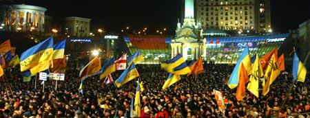 Jusjtsjenkos tilhengere vifter med flagg og opposisjonens farger i Kiev søndag kveld. (Foto: S.Supinsky, AFP)