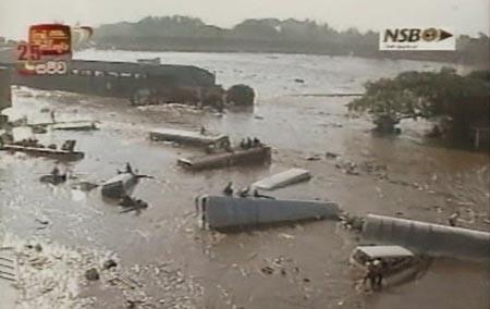 Srilankesere reddet seg opp på veltede kjøretøy for å komme unna de voldsomme vannmassene. (Foto: SLRC, Sri Lanka)
