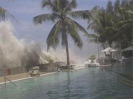 Tsunamien som slo inn over Søraustasia i romjula (Amatørfoto: Reuters)