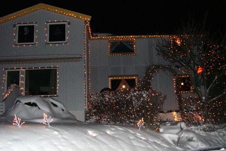 Nærmere 10.000 lyspærer pryder huset på Veitvet. Foto: Øyvind Nyborg / NRK