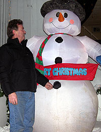 Arthur Cooke sammen med en lysende julenisse. Foto: Øyvind Nyborg / NRK