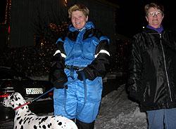 Monica og Margareta Thoresen gikk kveldstur for å se på julehuset. Foto: Øyvind Nyborg / NRK