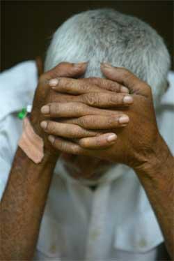 En mann som overlevde flodbølgen på Sri Lanka. (Foto: Scanpix / Reuters)
