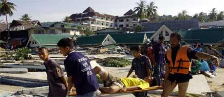 En skadet mann fraktes bort på Koh Phi Phi i Thailand. (Foto: Scanpix / AP)