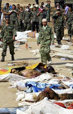 Thailandske soldater er satt inn for å hjelpe til i Khao Lak. (Foto: Scanpix / AFP / Saeed Khan)