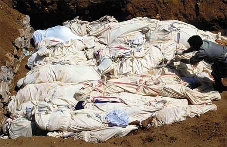 Omkomne fra flodbølgen legges i en massegrav i den indiske Tamil Nadu-provinsen. (Foto: AP/Scanpix)