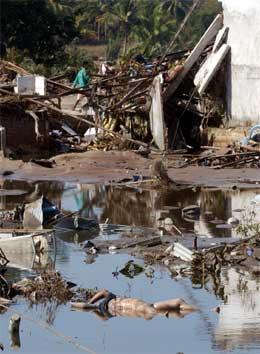 Enorme ødeleggelser og mange døde etter flomkatastrofen. Bildet er fra Pang-Nga-provinsen i Thailand. (Foto: AP/Scanpix)