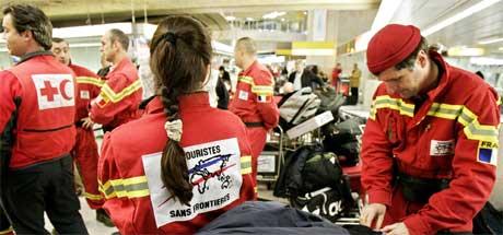 Redningsmannskap gjør seg klare i Paris, med kurs for Colombia i Sri Lanka. (Foto: AP/Scanpix)