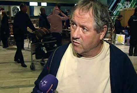 Tom Zachariassen ble intervjuet av svensk tv da han kom til Landvetter flyplass i Göteborg. (Foto: SVT)