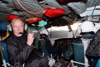 Arne Bjørkaas har leia ei rekkje ulike identifiseringarbeid etter store ulukker. Her på veg til flyulukka på Operafjellet på Svalbard i 1996. Foto: Alexander Nordahl, NTB.
