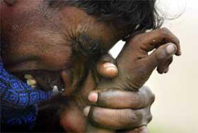 INDIA: En indisk mann viser sorgen sin etter at han mistet sønnen sin i tsunamien. (Foto: REUTERS/Arko Datta)