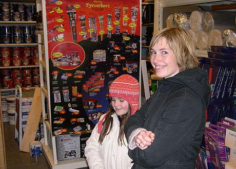 Kristin Angel og datteren Ragnhild endte opp med to store raketter til nyttårsaften. Foto: NRK