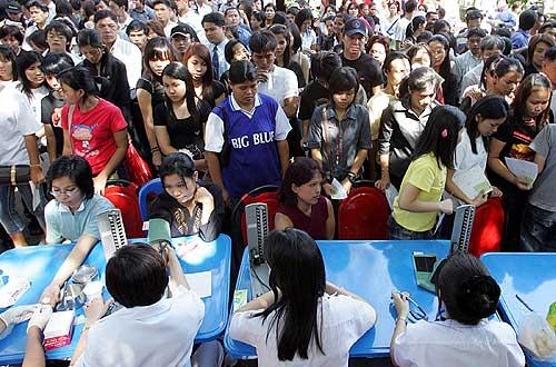 I Bangkok står lokalbefolkningen i kø for å gi blod til flodbølge-ofrene.
