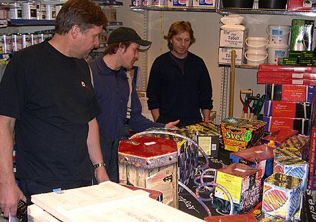 Branninspektørene fant det meste i orden hos Eivind Giske, men noe måtte han ta bak disken. Foto. NRK