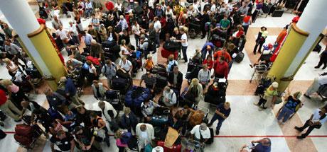 Mange venter på fly hjem ved flyplassen i Phuket. (Foto: AP Photo/Sydney Morning Herald, Andrew Taylor, POOL)