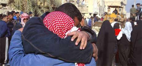 Irakere trøster hverandre etter at en ny bombe har drept 28 i hovedstaden (Scanpix/AFP)