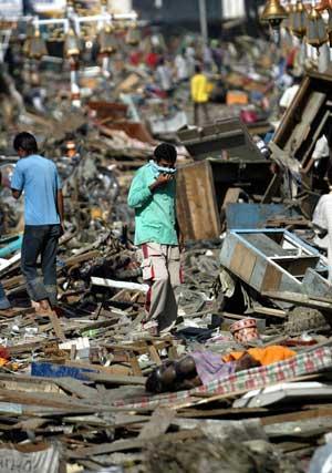 Menn leter i ruinene etter et ødelagt marked i provinshovedstaden Banda Aceh, Aceh-provinsen, Indonesia. (Foto: Dita Alangkara / AP Scanpix)