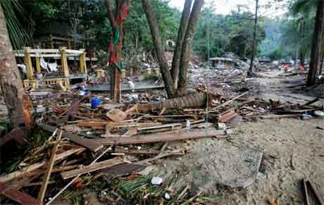 Strandsona i Kaho Lak i Thailand er heilt øydelagd etter flodbølgja. (Scanpix-foto)