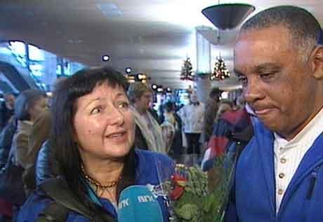 Ekteparet Anne Kjos Wenjum og Lazaro Armas kom til Gardermoen i ettermiddag. (Foto: NRK)