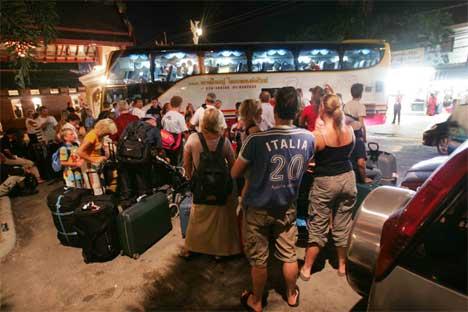 EVAKUERES: Star Tour har har bestemt at alle gjestene deres skal evakueres i hele sør-Thailand. Her reiser første busslast fra Orchid Resort. (Foto: Ørn E. Borgen/Scanpix)