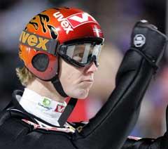 Roar Ljøkelsøy jubler etter andrehoppet i Oberstdorf. (Foto: Reuters/Scanpix)
