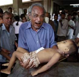 En mann i byen Galle i Sri Lanka sørger over sin døde sønn. (Foto: AP/Scanpix)