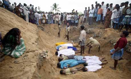 Ofre, de fleste er barn, gravlegges i den indiske byen Cuddalore. (Foto: Reuters/Scanpix)