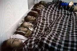 En lang rekke barn mistet livet, her et TV-bilde fra Aceh-provinsen i Indonesia. (Foto: AFP/Scanpix)