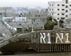 OVERSIKT: En israelsk soldat holder oversikt på Gaza i dag. Foto: Reuters/Scanpix.