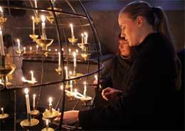 TENTE LYS: Det var gudstjeneste i Storkyrkan i Stockholm i dag.