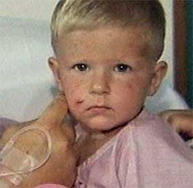 KLARTE SEG: Bildene av 2 år gamle Hannes har gått verden over. Han klarte seg, men mange andre barn har omkommet i katastrofen. (Foto: APTV)