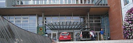 Naboene håper helikoteret heller kan lande på taket til sykehuset.
