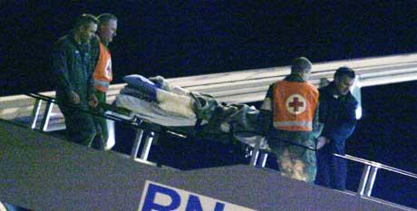 Et ambulansefly med 35 skadde nordmenn og svensker landet på Gardermoen fredag morgen. Flyet - en Boeing 737 innleid av Forsvaret - kom fra Phuket via Dubai med ofre for flodbølgekatastrofen i Phuket-området. (Foto: Jon Eeg /SCANPIX)