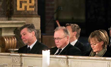Statsminister Göran Persson hans kone Anitra og Riksdagens talmann Björn Von Sydo under minnegudtstjenesten i Storkyrkan i Stockholm 30. desember. (Foto: AFP/Scanpix)