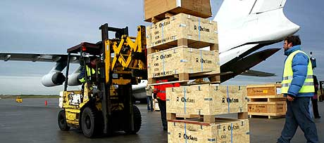 PENGENE STRØMMER INN: Britene er flinke til å gi penger til de katastroferammede. Her laster ansatte i hjelpeorganisasjonen Oxfam nødhjelp om bord i et lastefly som skal til Sri Lanka og Indonesia. (Foto: Steve Parkin/AFP)