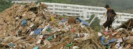 Phuket, 1. januar 2005. En mann leter etter sine eiendeler i kaoset etter flodbølgekatastrofen. (Foto: Reuters/Scanpix)